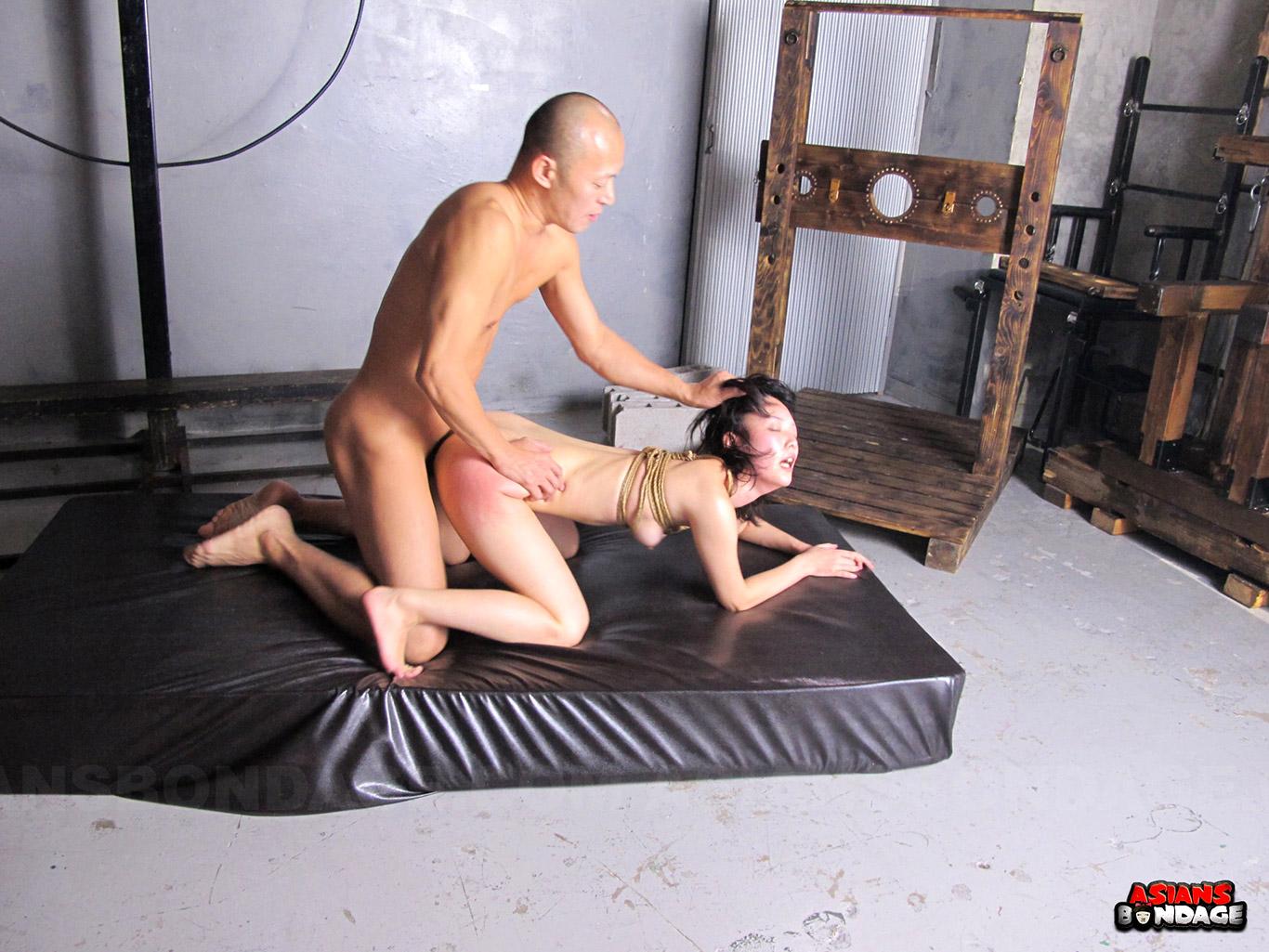 Bondaged asiatische Sklavin Yukino Chitose wird von Meister hasserfüllt gefickt