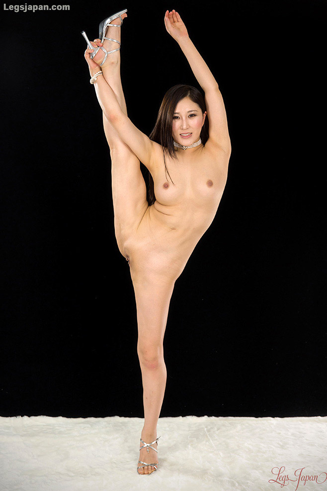 Lulu exercises naked and shows off allnatural body - 1 part 3